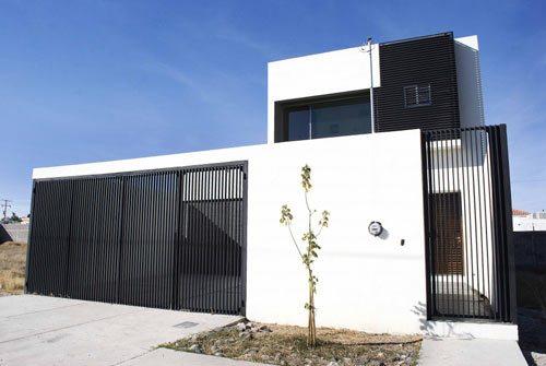 Casa blanca y minimalista for Minimalist house fence