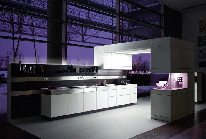 Hermosa cocina blanca con paneles de madera - Paneles para cocinas ...