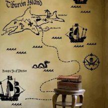 Pegatina negra de mapa estilo pirata sobre pared color crudo.