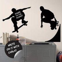 Pegatina de skaters sobre pared blanca