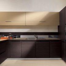 Muebles en dos tonos, alzadas en madera clara casi amarilla, bajo mesada y armarios en color wengue, disposición en U