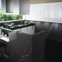 Combinación de muebles blancos y grises oscuro, alzadas laqueadas.