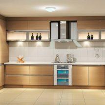 Visión frontal de cocina en madera clara