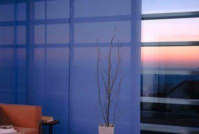 Ventanal con paneles orientales de color azul