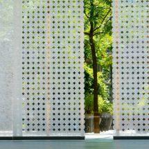 Vista al jardín a través de paneles orientales perforados en círculos