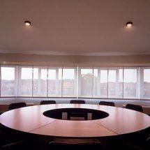 Gran oficina con ventanales cubiertos con paneles orientales