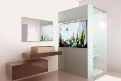 Imagen de cuarto de baño con ducha de puerta transparente y panel lateral con acuario incrustado