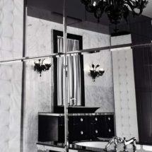 Vista a través del espejo de lababo en negro con gran espejo superior con marco negro