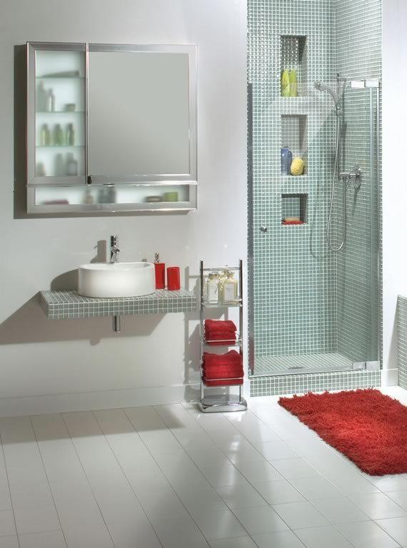 Baño con ducha con paredes blancas en el exterior y mosaicos color turquesa viejo en el interior.