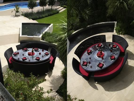 Muestra de dos mesas de ratán oscuro con sillones curvos con almohadones rojos.