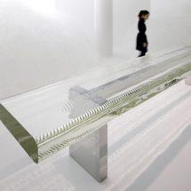 Banco de cristal veteado imitando las ondas del agua