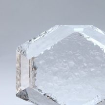 Escultura de cristal en forma exagonal