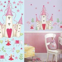 Castillo de princesas en tonos rosados y verdes sobre pared lila.