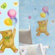 Oso volador con globos de varios colores y más globos volando a su alrededor.