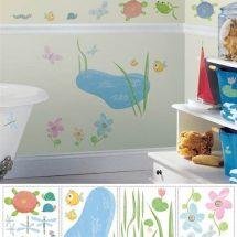 Ecosistema del estanque, con dibujos infantiles de colores suaves pegados en una pared color claro.
