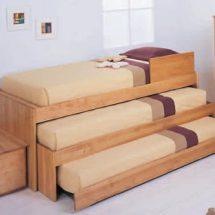 Tres camas de madera una debajo de la otra.