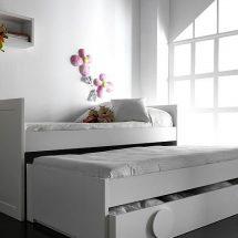 Tres camas blancas, una debajo de la otra