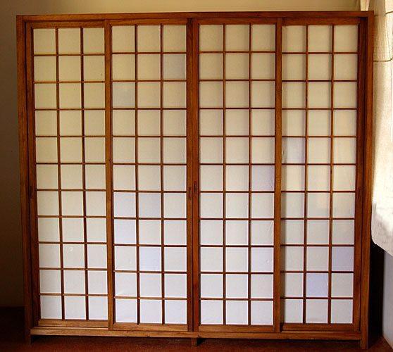 Alacena de paneles orientales clásicos, cuatro hojas hasta el techo.