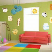 Habitacion para niños en colores fuertes, con un sillon en primer plano de color naranja frente a una pared verde con pegatinas diferentes.