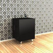 Modular pequeño con audio integrado en color negro, frente a pared empapelada con ornamentos y piso de madera clara