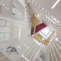 Pequeña casa de formas geométricas