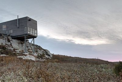 Casa de madera sobre colina