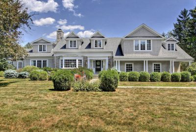 Casa con diseño clásico y el blanco como protagonista